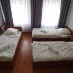 Hostel Racibórz - pokój trzy osobowy okna